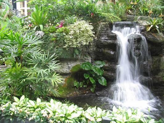 Hòn non bộ thác nước mang lại cảnh quan hùng vĩ cho sân vườn bạn